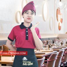 áo thun đỏ cổ bẻ màu đen kết hợp với tạp dề- non bep