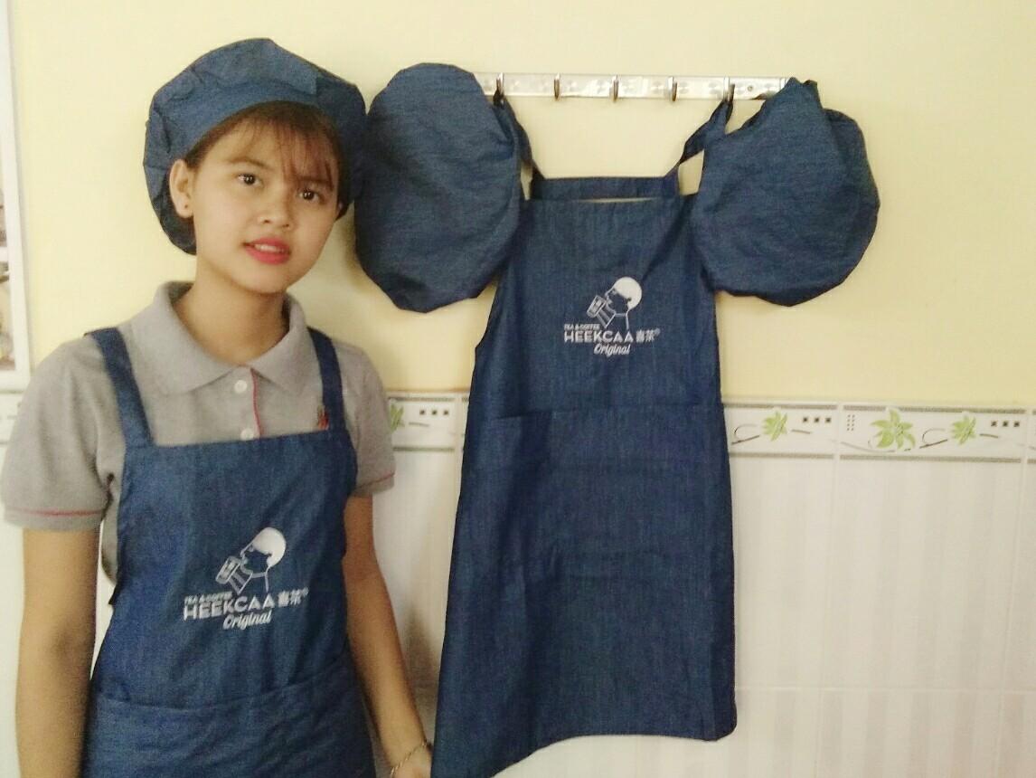 xưởng may tạp dề và nón bằng vải jean